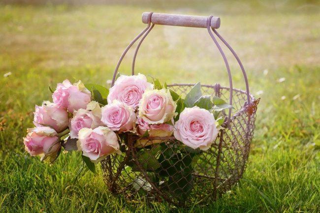 Cesta metálica con flores