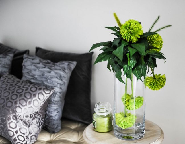 Flores verdes en jarrón de cristal