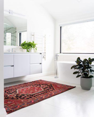 baño con alfombra