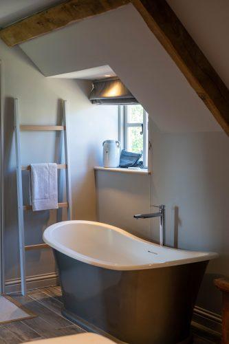 baño con escalera de madera