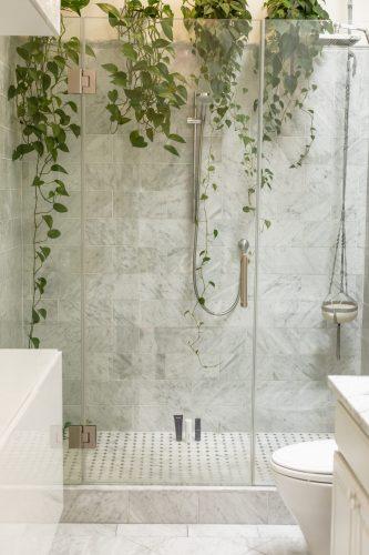ducha con plantas