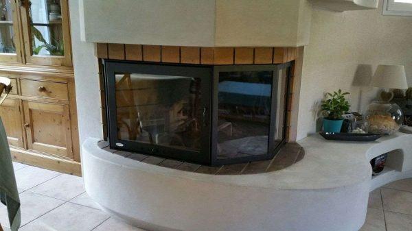 Ejemplo de chimenea con puerta