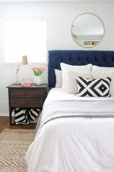Espejo redondo para decorar un dormitorio