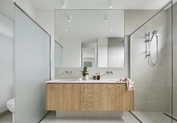 Baño minimalista con muebles suspendidos
