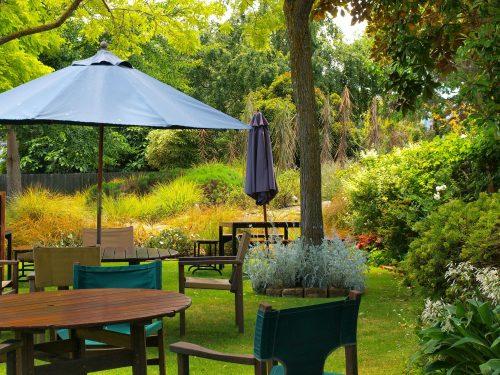 jardín con sombrilla