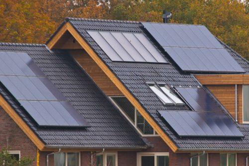 Casa con paneles fotovoltaicos