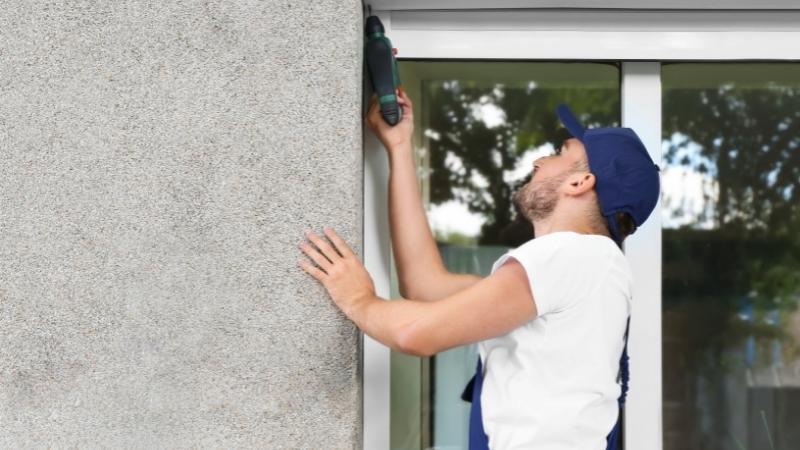 tecnico instalando una persiana